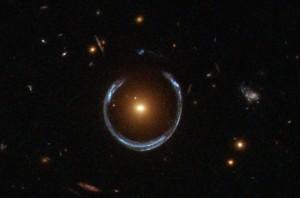 Galaktyka LRG 3-757 zniekształca obraz dalszej galaktyki