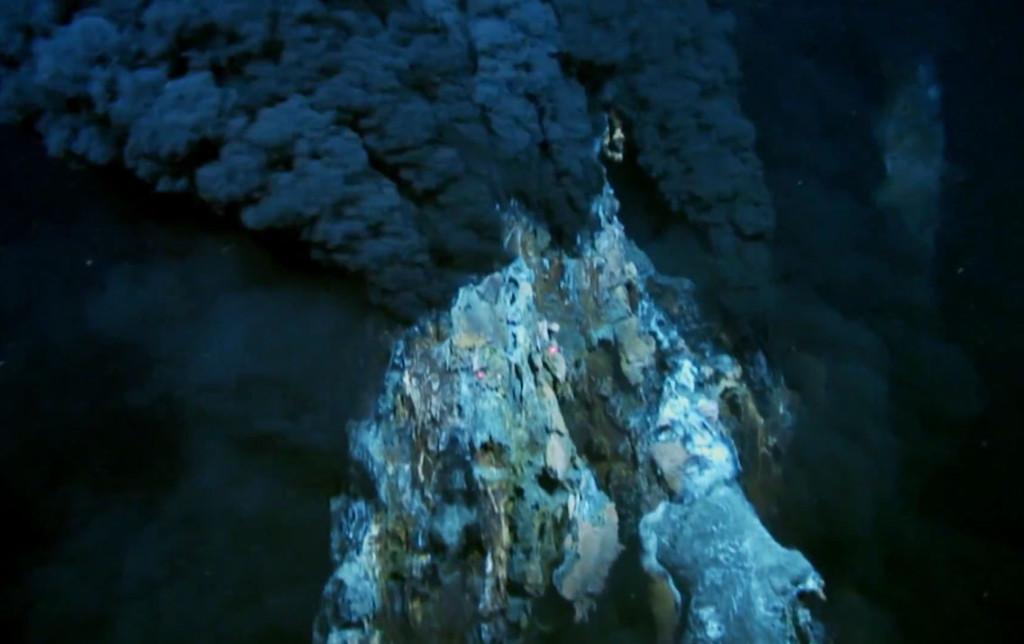 Dlaczego woda w morzu jest słona? Właśnie dzięki takim kominom hydrotermalnym rodzaju black smoker.
